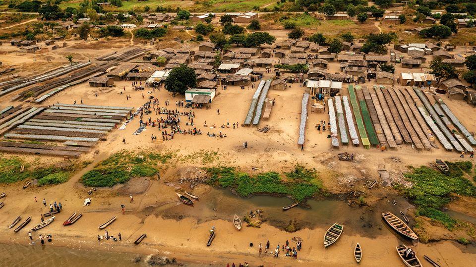 Ein Fischerdorf in Malawi. Immer mehr Menschen ziehen an Küsten und Binnenseen; Überfischung ist die Folge