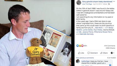 Ein erwachsener Mann zeigt Babyfotos von sich in einem Fotoalbum