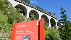 EinWanderwegführt entlang der Unesco-Welterbe-Strecke der Rhätischen Bahn