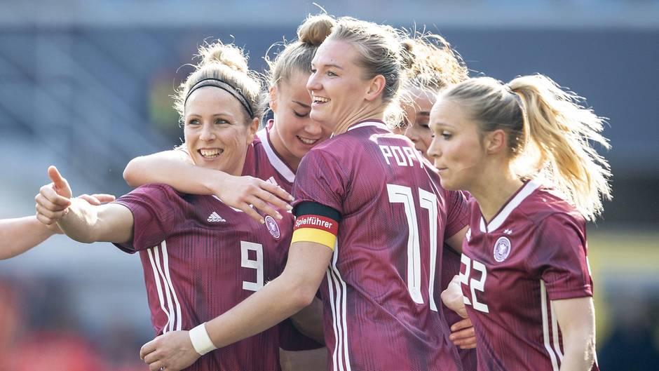 Commerzbank Spot Fur Frauen Fussball Wm Pferdeschwanze