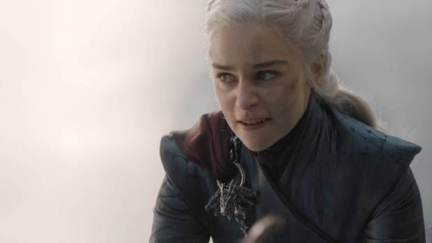 Große Leistung: Emilia Clarke spielte die wahnsinnige Königin auf einem Bock vor einer nackten Wand.