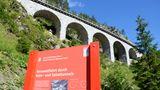 Bahnerlebnisweg Albula  Vor mehr als 100 Jahren wurde in Graubünden die Rhätische Bahn zwischen Chur und St. Moritz eröffnet. Die legendäre Schmalspurbahn muss dabei 55 Brücken und 39 Tunnel überwinden. Doch der Streckenverlauf lässt sich auch zu Fuß nachvollziehen: Bei der mehrtägigen Wanderung erfährt man viel über das Zusammenspiel von Technik und Natur.