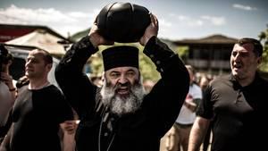 16 Kilo? Die stemmt der Priester locker. Er segnet die Kugel und bringt sie zum Spielfeld.