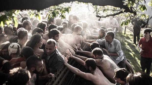 Showdown am Gartenzaun in Georgien: Kurz vor dem Ziel ringen die Mannschaften des Ober- und des Unterdorfs um jeden Meter