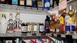 Regale voller Flaschen Alkohol im örtlichen Liquor Store.