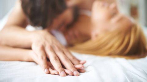 Pärchen küsst sich im Bett