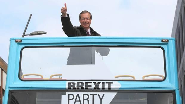 Daumen hoch:Nigel Farage, derChef der Brexit-Partei, auf Europawahlkampf im offenen Doppeldeckerbus.