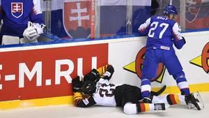 Moritz Seider liegt benommen nach einem Foul auf dem Eis