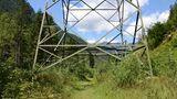 Die letzten Kilometer führen in weiter Entfernung von den Bahngleisen auf der Talsole nach Filisur, allerdings unschön unter Hochspannungsmasten entlang. Sie weisen aber darauf hin, dass hier die Bahn schon Anfang der 1920er Jahre elektrifiziert wurde.