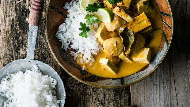 Curry mit Jakobsmuscheln und Tofu. Die Würzpaste entsteht im Blitzhacker.