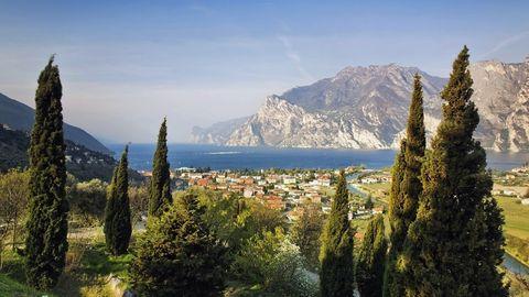 Von Bergen umgeben: Bei Nago-Torbole mündet die Sarca in den Gardasee