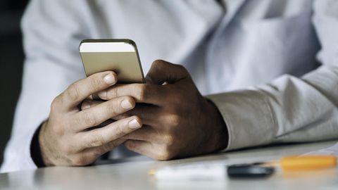 Die Erfassung der Arbeitszeit funktioniert dank Smartphone und App auch mobil