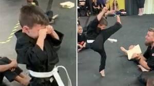 Karate: Kleiner Junge erwirbt den gelben Gürtel