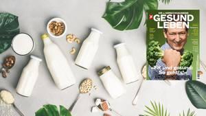 Pflanzenmilch: Soja-, Mandel- und Hafermilchflaschen stehen auf einem Tisch