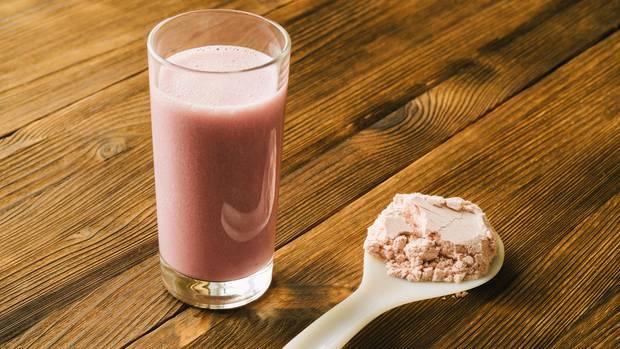 Veganes Proteinpulver kann man in Wasser, Saft oder Smoothies rühren
