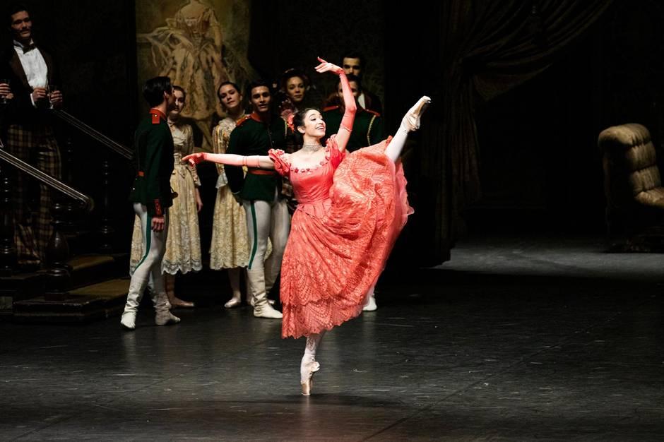 """Mit 15 Jahren kam Lucia Rios nach Deutschland. Hier tanzt sie im Ballett """"Der Nussknacker""""."""