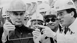 Der damalige Präsident FrankreichsFrançois Mitterrand (l.) mit I.M. Pei während der Bauarbeiten.