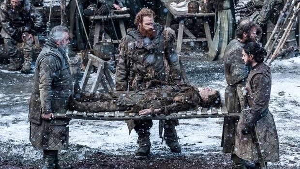 Hier trägt er Jon Schnees vermeintlichen Halbbruder Rickon Stark in die Feste Winterfell.