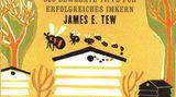 Bienen-Wissen - 500 bewährte Tipps für Imker  Von James E. Tew      Der britische Imker James E. Tew hat Jahrzehnte seiner Imkererfahrung in 500 feine Wissenshappen geschnitten, fein voneinander separiert und zwischen zwei Buchdeckel gepresst. Herausgekommen ist ein Handbuch für Einsteiger in die private Imkerei. Gerade als Hobby-Imker steht man in den ersten beiden Jahren häufiger panisch vor der Beute, so nennen Imker den Bienenstock. Schließlich hängt vom eigenen Handeln das Wohlergehen des Bienenvolkes ab. Fehlt es an Erfahrung können einem schon mal vor Aufregung die Finger zittern, zumal im Sommer die rund 50.000 Bienen eines Volkes äußerst sensibelauf Unruhe reagieren. Die 500 sauber voneinander getrennten Tipps aus dem Imkeralltag können durchaus beruhigend wirken – auf den Imker.