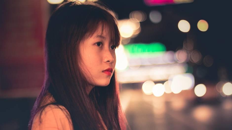 Frauen, die nachts alleine nachhause laufen, fühlen sich oft unwohl. (Symbolbild)