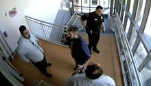 Eine Überwachungskamera filmt die Situation in einem Schultreppenhaus, nachdem ein Lehrer dort Munition fand, die er selbstplatziert hatte.