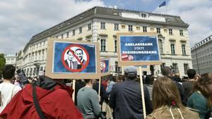 Demonstranten vor dem Bundeskanzleramt in Wien fordern Anklagen gegen Vize-Kanzler Strache und Kanzler Kurz