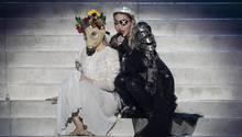 Madonna bei ihrem Auftritt beim ESC. Was die Gasmasken der Tänzerinnen sollten, weiß bis jetzt wohl niemand.