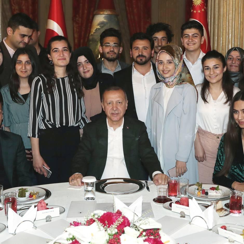 Mesut Özil besucht Erdogan mit seiner Verlobten in Istanbul