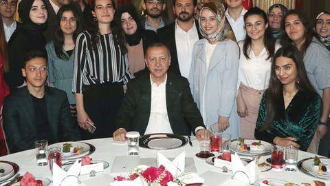Recep Tayyip Erdogan (M.) mit Mesut Özil und seiner Verlobten Amine Gülse