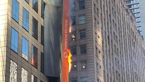 Eine Werbetafel am New Yorker Times Square hat Feuer gefangen