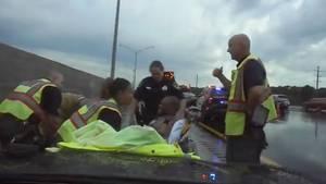 Ein Polizist der Florida Highway Patrol wird auf dem Standstreifen von einem außer Kontrolle geratenen Auto erfasst.