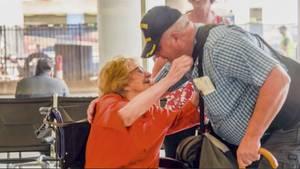 Nach 67 Jahren: Die 94-jährige Marilyn Wallace trifft ihren Sohn wieder.