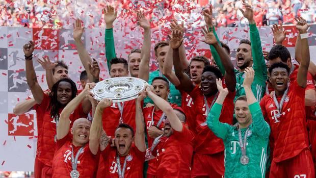 Das ewig gleiche Bild: Die Bayern mit Meisterschale im Konfettiregen