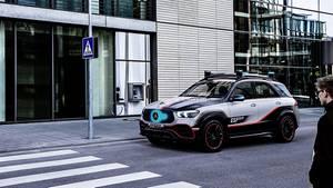 Türkisfarbene Lichtsignale zeigen, dass das Auto den Menschen erkannt hat