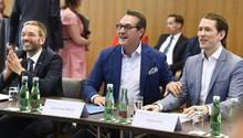 Bei der Regierungsklausur im Mai 2018 hatte Bundeskanzler Sebastian Kurz (re.)noch keine Berührungsängste und posierte mit dem inzwischen zurückgetretenen FPÖ-Chef Heinz Christian Strache und Innenminister Herbert Kickl (li.)
