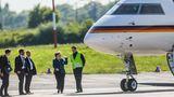 Mai 2019  Bundeskanzlerin Angelika Merkel inspiziert die beschädigte Global 5000 am Flughafen Dortmund. Zuvor hatte ein Bodenfahrzeug das parkende Flugzeug touchiert. Die CDU-Politikerin musste mit einer anderen Maschine zurück nach Berlin fliegen.