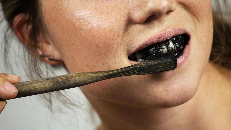 Zähneputzen mit Aktivkohle