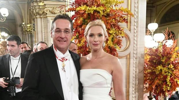 Heinz-Christian Strache undEhefrau Philippa auf demWiener Opernball in die Wiener Staatsoper