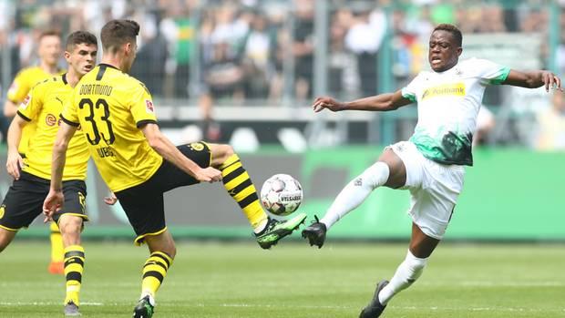 Hart, aber nicht unfair: Gladbachs Denis Zakaria (r.) im Zweikampf mit Dortmunds JulianWeigl