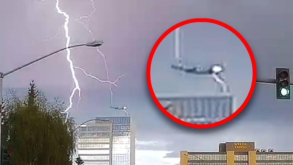 Flugzeug wird vom Blitz getroffen
