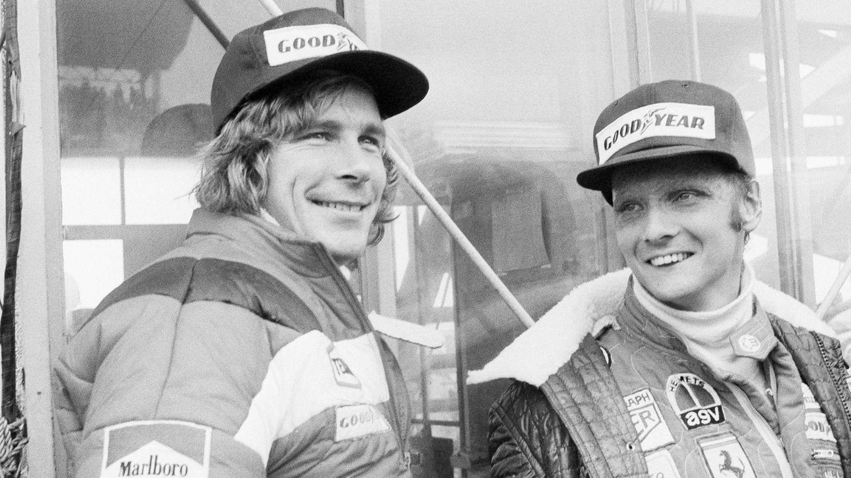 """Laudas (r.) Rivalität mit dem britischen Formel-1-Piloten James Hunt wurde später auch im Film """"Rush"""" thematisiert. Beim Großen Preis von Japan 1976 siegte Hunt und gewann den Weltmeistertitel."""