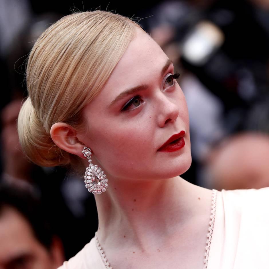 US-Schauspielerin: Kleid zu eng: Elle Fanning fällt in Cannes in Ohnmacht