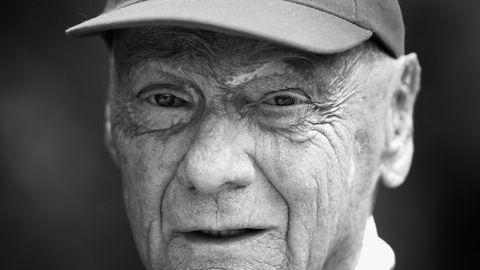 Ein schwarz-weiß Foto zeigt Ex-Formel-1-Fahrer Niki Lauda