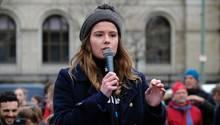 """Luisa Neubauer bei einer Klima-Demo der """"Fridays for Future""""-Bewegung. Kritiker halten ihr vor, sie dränge sich zu sehr ins Rampenlicht."""