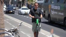 In Tel Aviv und anderen Städten werden die Roller begeistert angenommen - doch ihnen schlägt auch massive Ablehnung entgegen.