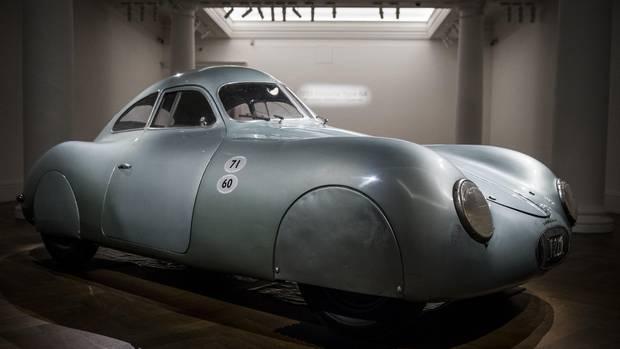 London, Großbritannien. Dieses historische Vehikel gilt als der älteste Wagen, der das Label Porsche trägt. Es ist derzeit bei Sotheby's zu sehen und nach Angaben des Auktionshausesdas einzige noch existierende historische Exemplar des legendären Porsche Typ 64, der 1939 am Rennen von Berlin nach Rom teilnehmen sollte. Dieser Wagen ist laut Sotheby's der persönliche Wagen von Ferdinand Porsche gewesen. Nachdem er in der britischen Hauptstadt einige Tage gezeigt wurde, soll der Porsche 64 nach Kalifornien transportiert werden, wo er Mitte August bei RM Sotheby's in Monterrey unter den Hammer kommt. Einstiegsgebot: 20 Millionen Dollar.