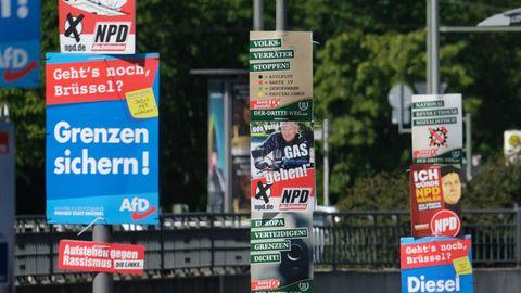 """NPD-Wahlwerbung - hier neben Plakaten der AfD in Berlin. In Zittau musste die rechtsradikale Partei ihre Werbung abhängen. Der Slogan""""Stoppt die Invasion: Migration tötet"""" erfüllt laut einem Gericht denStraftatbestand der Volksverhetzung."""