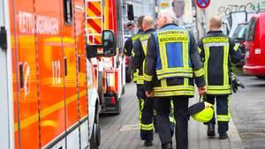 Rettungskräfte stehen vor einer Grundschule in Mönchengladbach