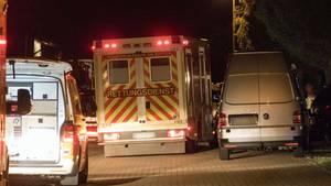 Rettungswagen stehen in der Nähe des Fundortes in der Gemeinde Heere in Baddeckenstedt