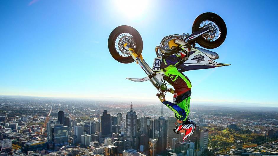 Ein Motorradfahrer macht einen Salto